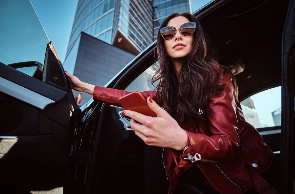 airstyles that Make you Look Rich Beautiful smart women is posing in her new car while chatting on